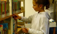 5er erkunden die Stadtbücherei